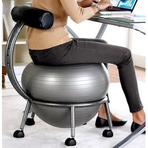 Как использовать мяч для фитнеса вместо стула.